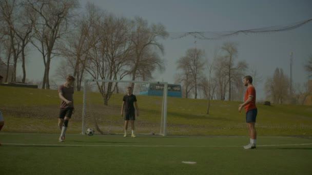 Fotbaloví hráči školení fotbal na hřišti