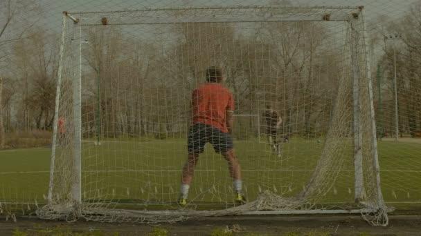 Mladý brankář, aby uložit po penaltu
