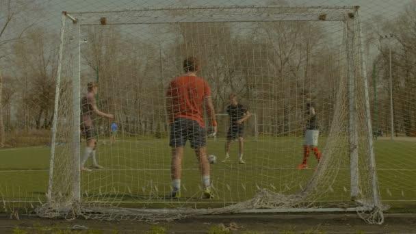 Fotbaloví hráči dělají fotbalový trénink