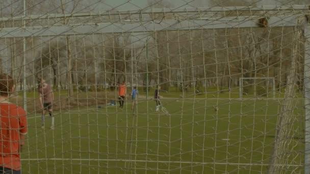 Fotbalový míč sálající z břevno po kop