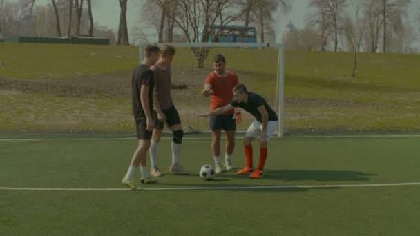 Fußball-Nationalmannschaft, die Hand in Hand zusammen vor dem Spiel