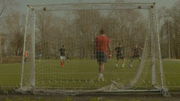 Csatár gólt futball edzés közben