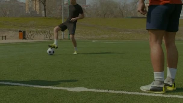 Mladí fotbalisté školení fotbal na hřišti