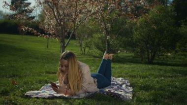 d7d85b3df Garota da risada conversar online com o telefone no parque — Vídeo ...