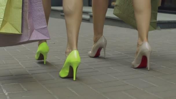 Ženské nohy, chodit s nákupní tašky v ulici