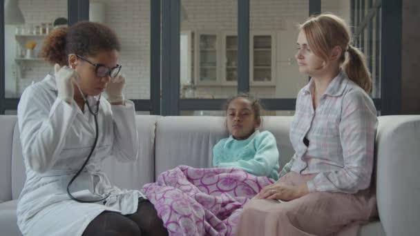 Ärztin untersucht Kind mit Stethoskop