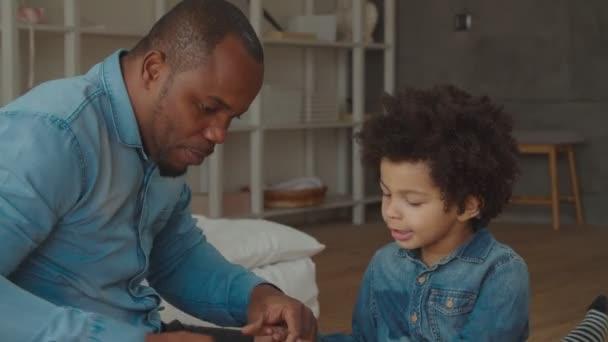 Amare papà aiutando figlio a costruire dal costruttore