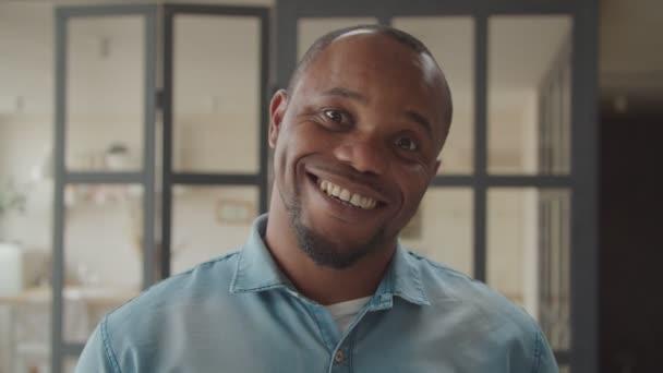 erstaunter schwarzer Mann mit überraschtem Gesichtsausdruck