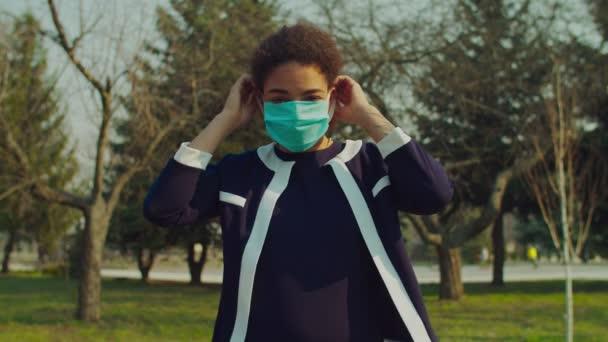 Afrikai nő öltözködés sebészeti maszk járvány idején