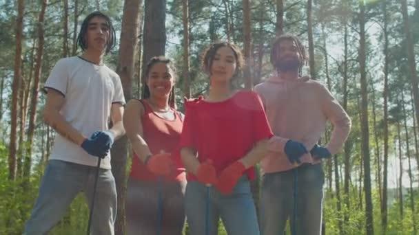 Charity-Öko-Aktivisten posieren mit Werkzeug im Wald