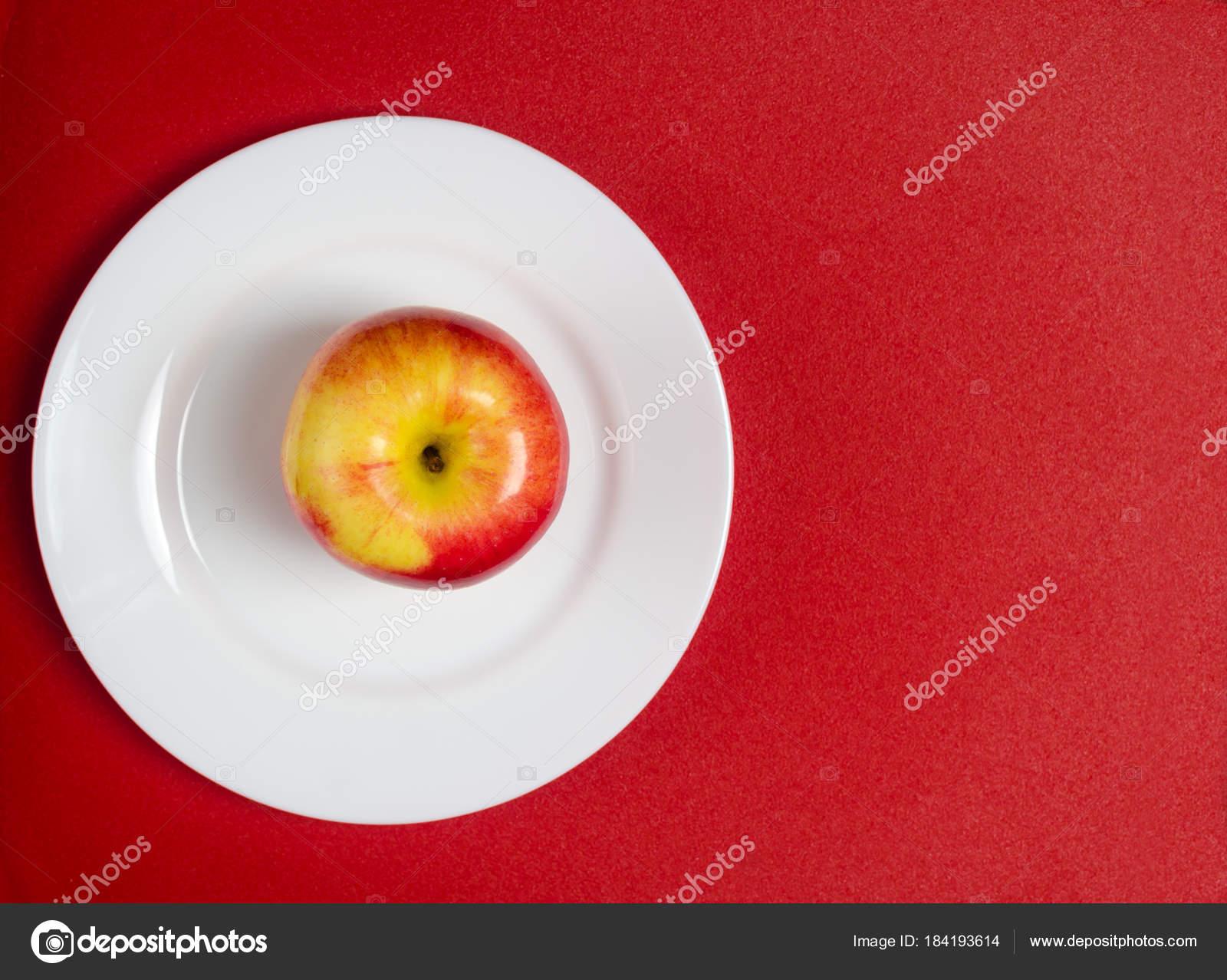 Apple Rosso Giallo Su Una Zolla Bianca Sullo Sfondo Rosso Foto