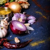 Fényképek kiadványról paprika, hagyma, fokhagyma, gyömbér és a curry por kék