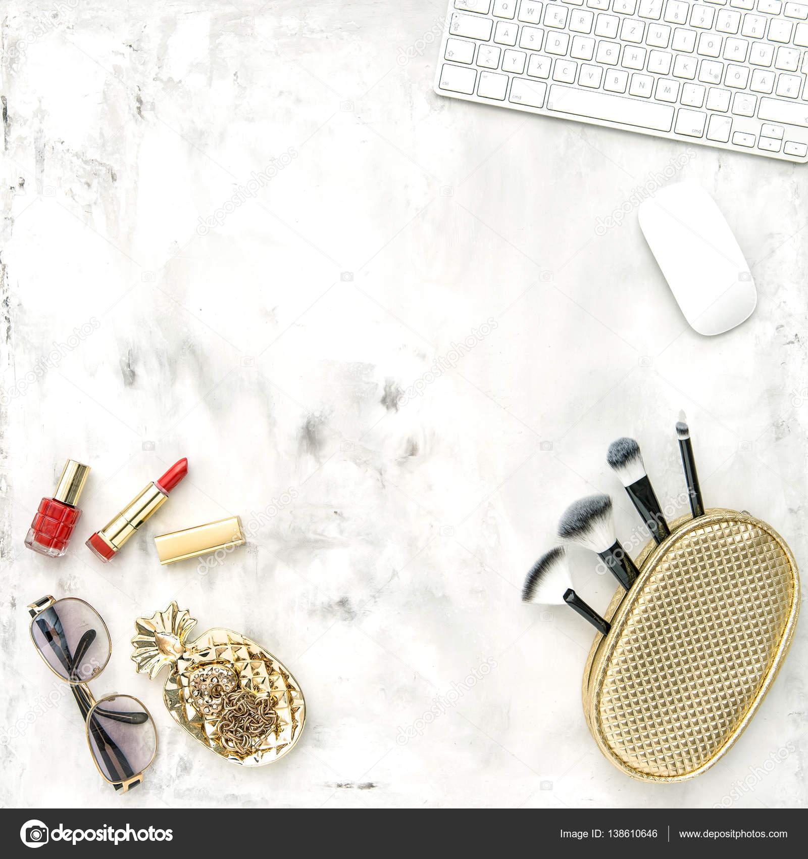 Модні аксесуари косметика ноутбук плоским закласти жіночними– стокове  зображення 2cec286b9b3aa