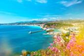 Pěkné město francouzské riviéry Středozemního moře světlo úniky