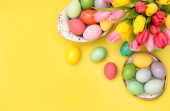 Velikonoční vejce dekorace tulipán květiny žluté pozadí