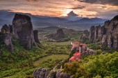 Krásný západ slunce v údolí kláštery Meteora, Řecko