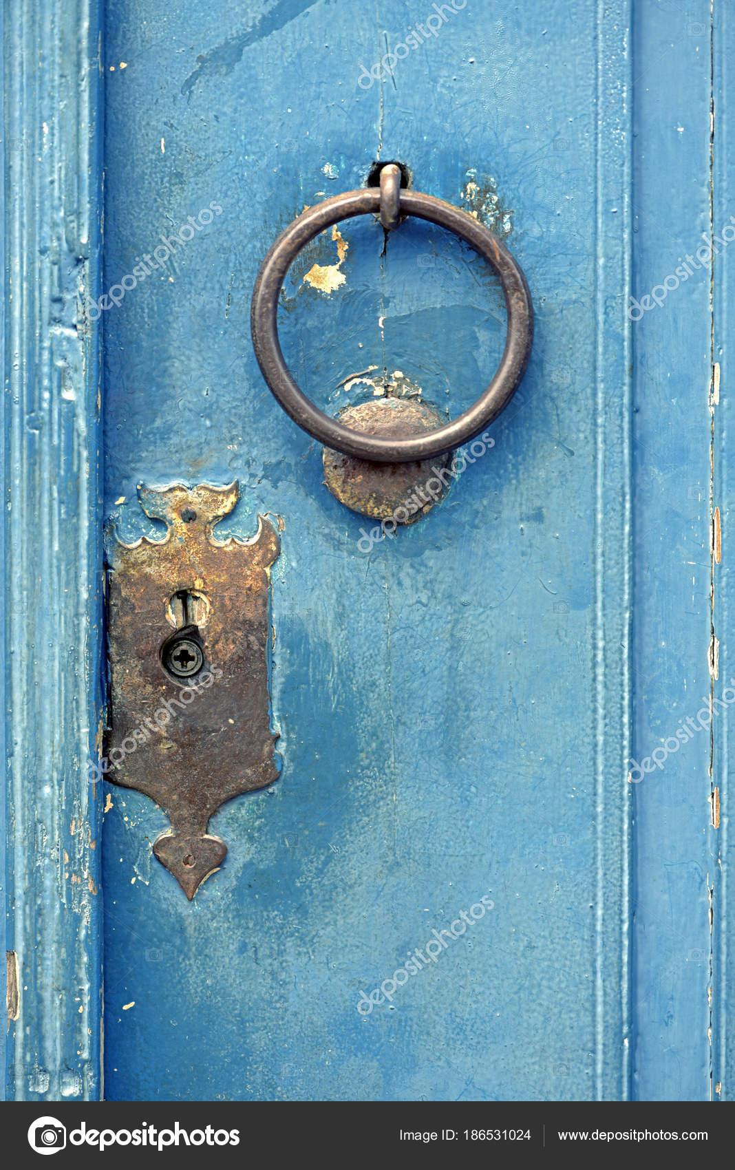 Old Door Knocker In Closed Door U2014 Stock Photo
