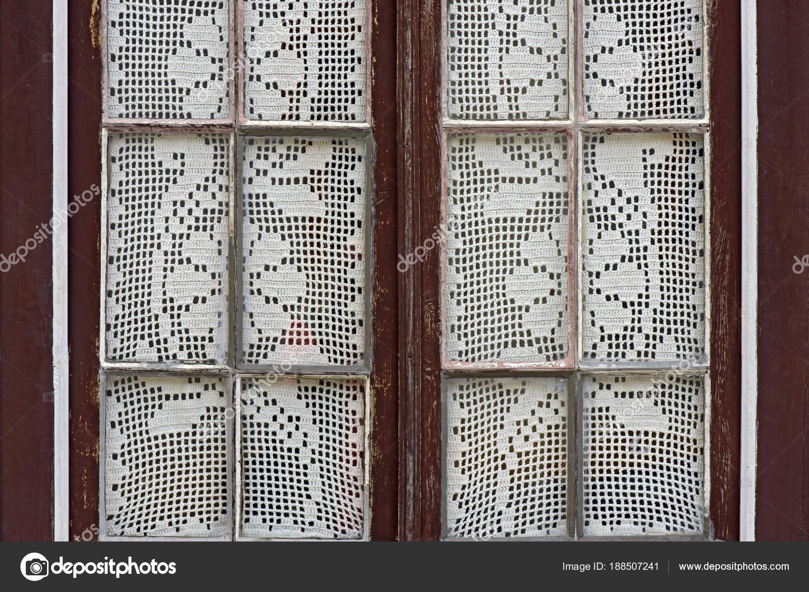 Venster met gehaakt gordijn met bloemen motief — Stockfoto ...