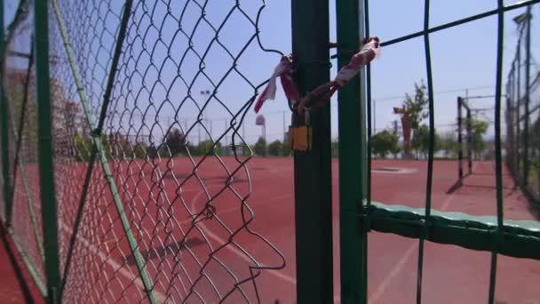 Prázdné fotbalové hřiště na hřišti zavřené visacím zámkem