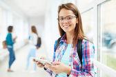 Studentka s digitálním tabletu