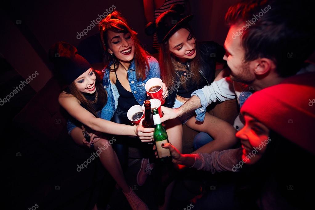 Девушки на вечеринке дают парню фото 659-53