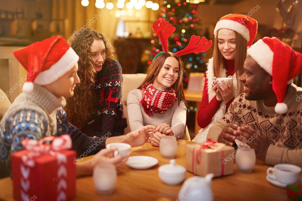 Gente celebrando la Navidad en casa — Foto de stock © pressmaster ...