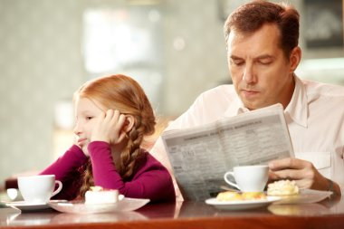 girl sitting back to her father
