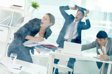 Ofis çalışanları duman ofisinde çığlık