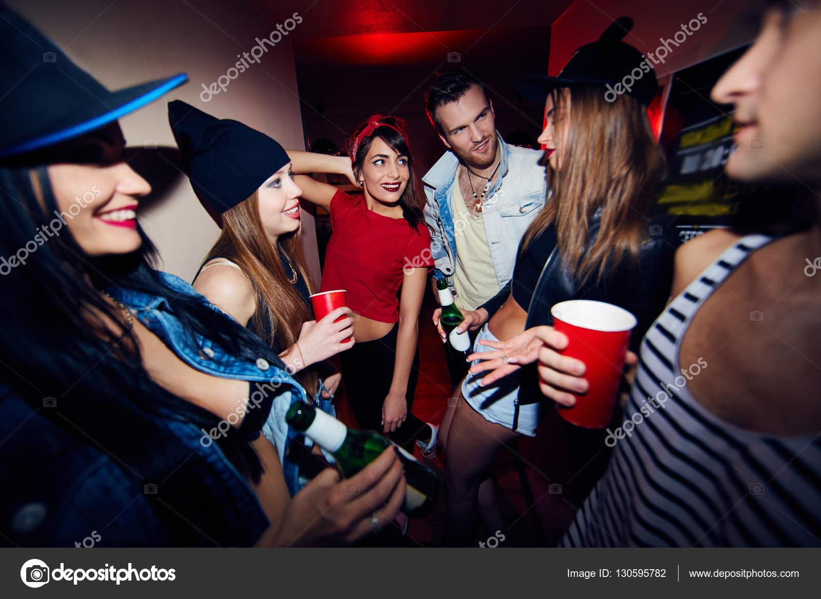 Девушки на вечеринке дают парню фото 659-466