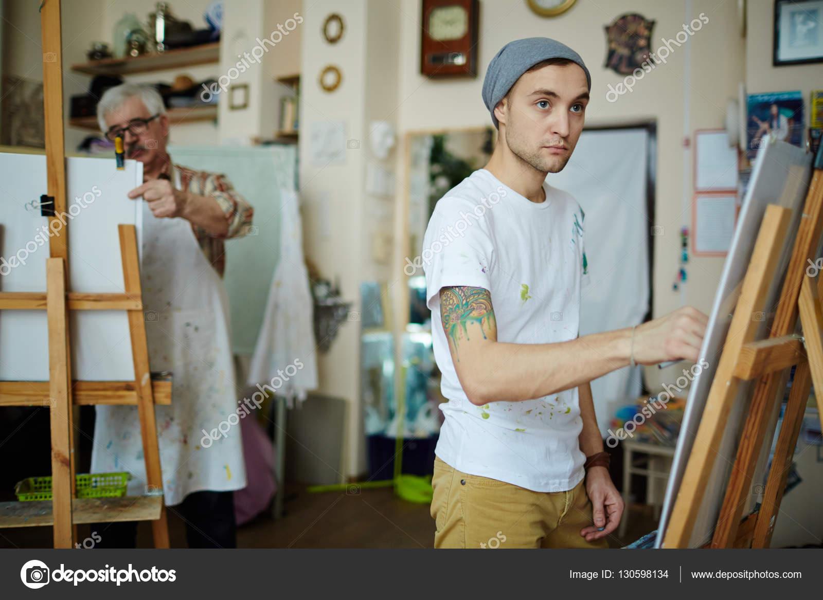 Man schilderij in kunst afwerking u stockfoto pressmaster