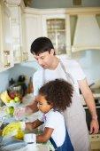 Muž stará dcera mytí nádobí
