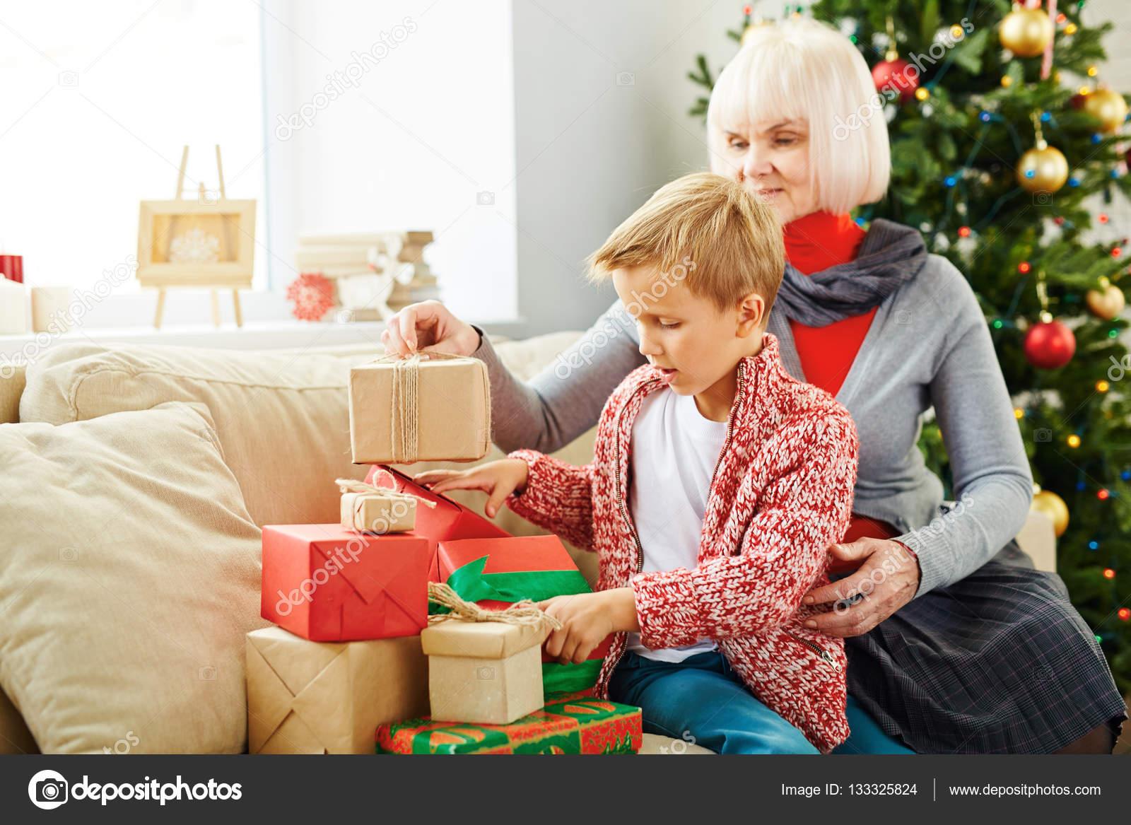 Junge und seine Großmutter Vorbereitung Weihnachten präsentiert ...