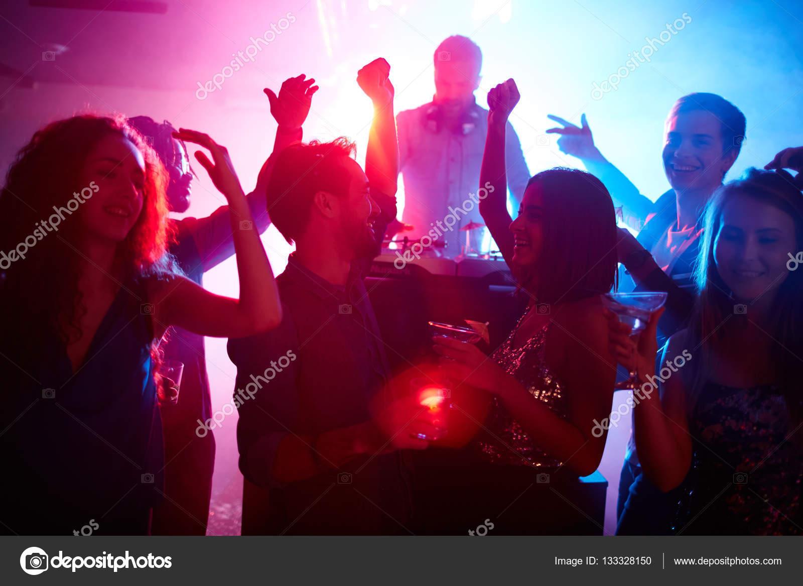 d2fe45c35e278 Pareja con amigos bailando en la noche de fiesta — Foto de Stock