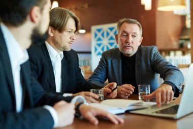 Businessmen discussingn in cafe