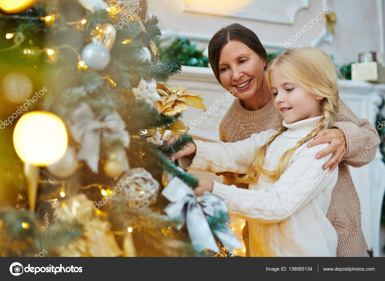 Mädchen und ihre Großmutter mit Weihnachtsgeschenk — Stockfoto ...