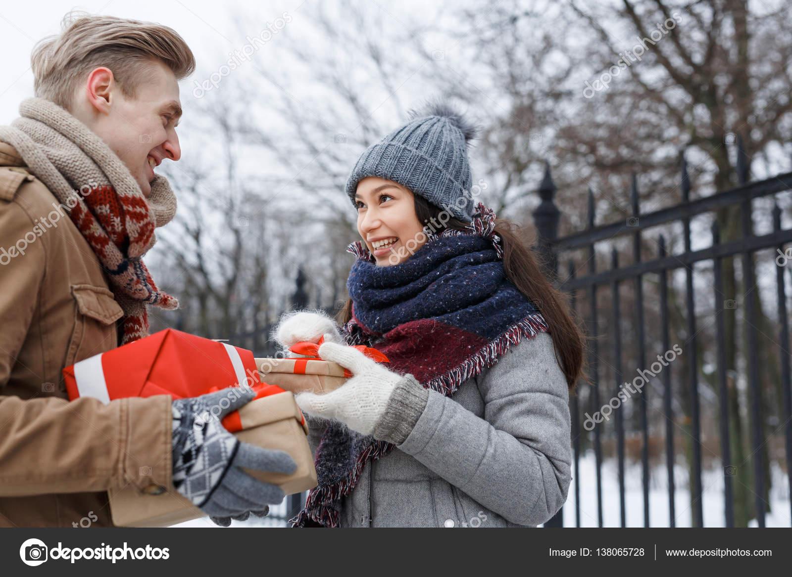 Paar mit Weihnachtsgeschenke — Stockfoto © pressmaster #138065728