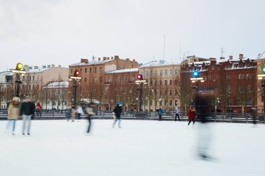 people figures skating on ice-rink