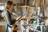 Ženské carpenter v dílně