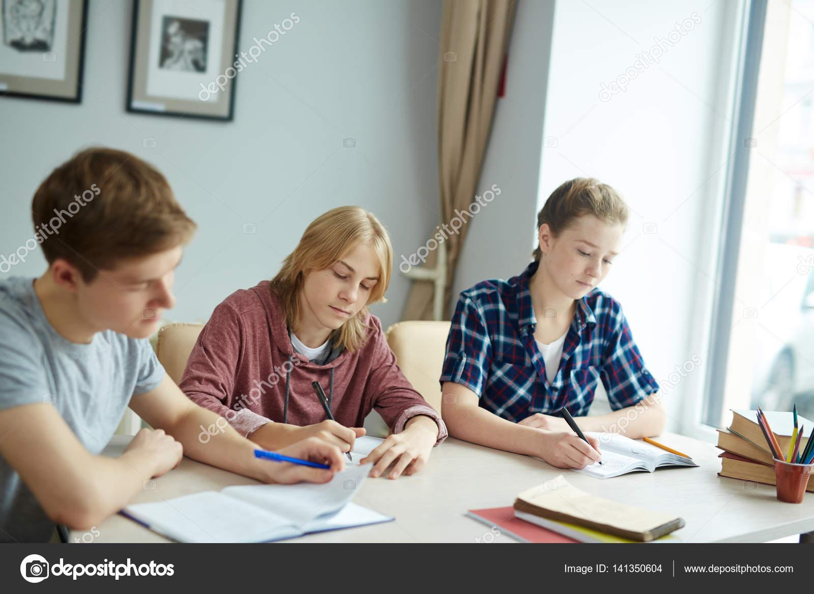 Studenten schreiben Vortrag — Stockfoto © pressmaster #141350604