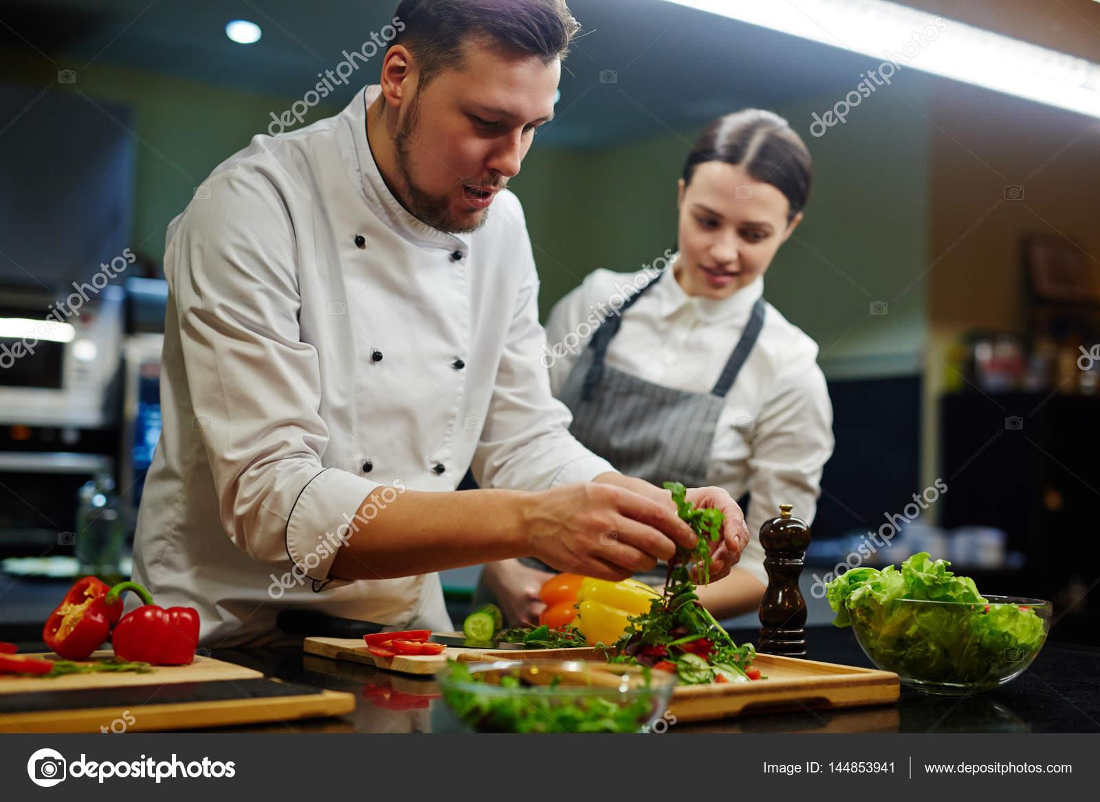 Chef y su aprendiz de cocina — Foto de stock © pressmaster #144853941