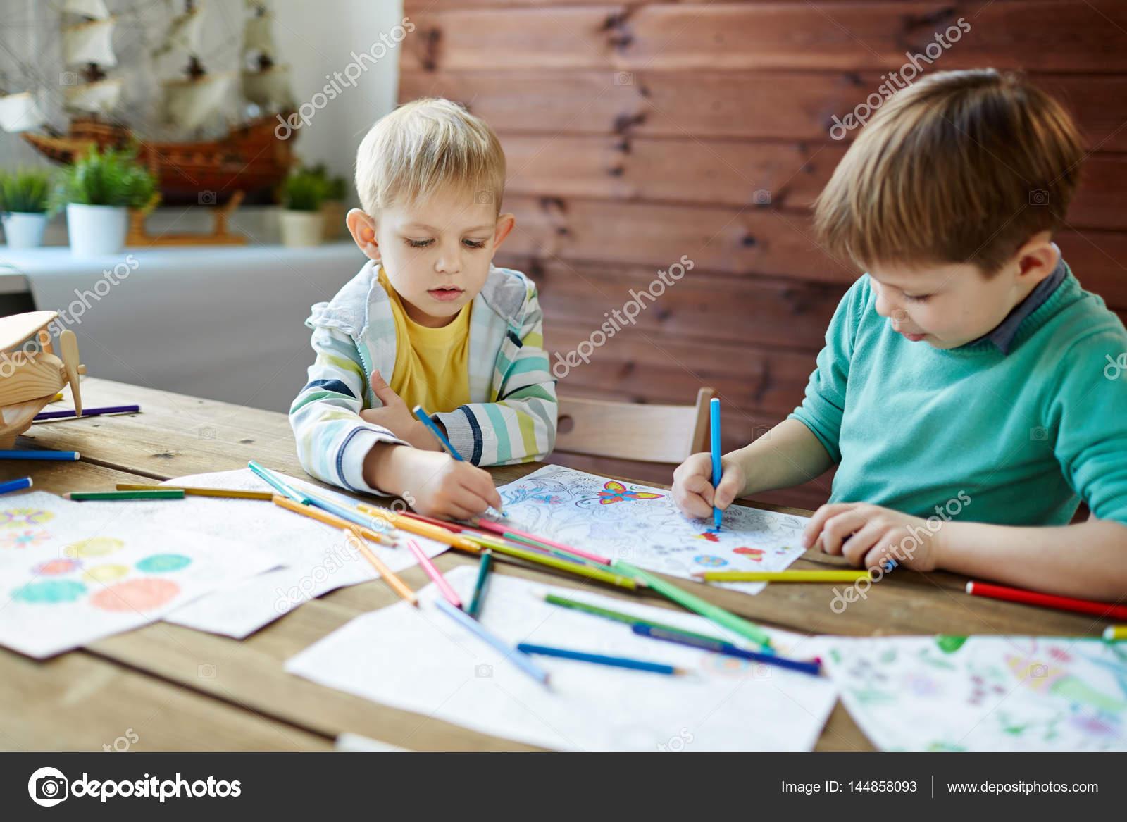 Twee jongetjes in de kunst klas u2014 stockfoto © pressmaster #144858093