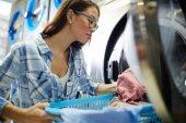 Fotografie Frau Waschen von Kleidung in der Maschine