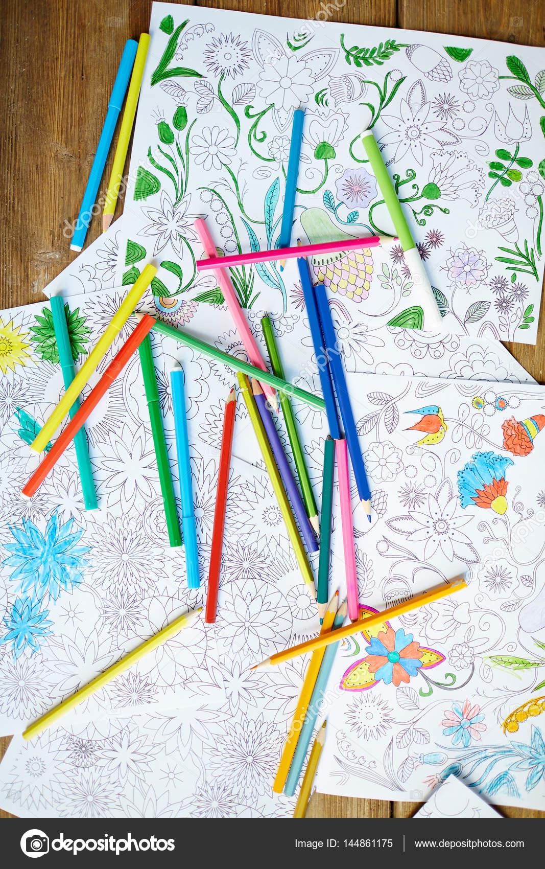 Lápices y libros para colorear — Fotos de Stock © pressmaster #144861175