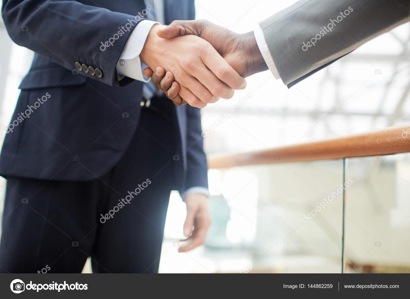 Handshake nach Geschäftsvereinbarung zu machen — Stockfoto ...
