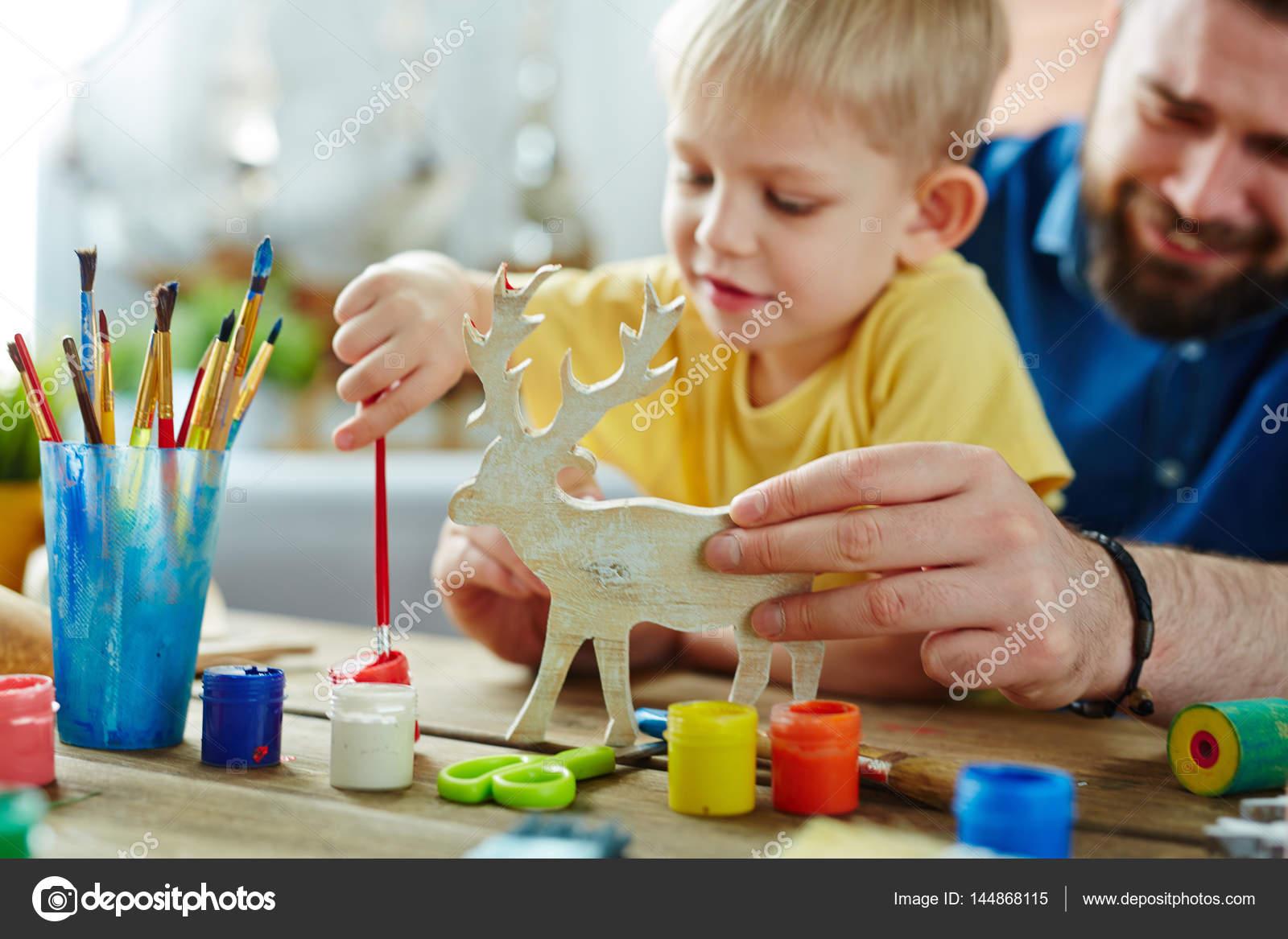 Hijo con el papá para colorear ciervos de juguete — Foto de stock ...