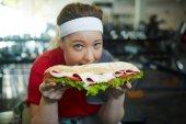 žena do obrovské sendvič