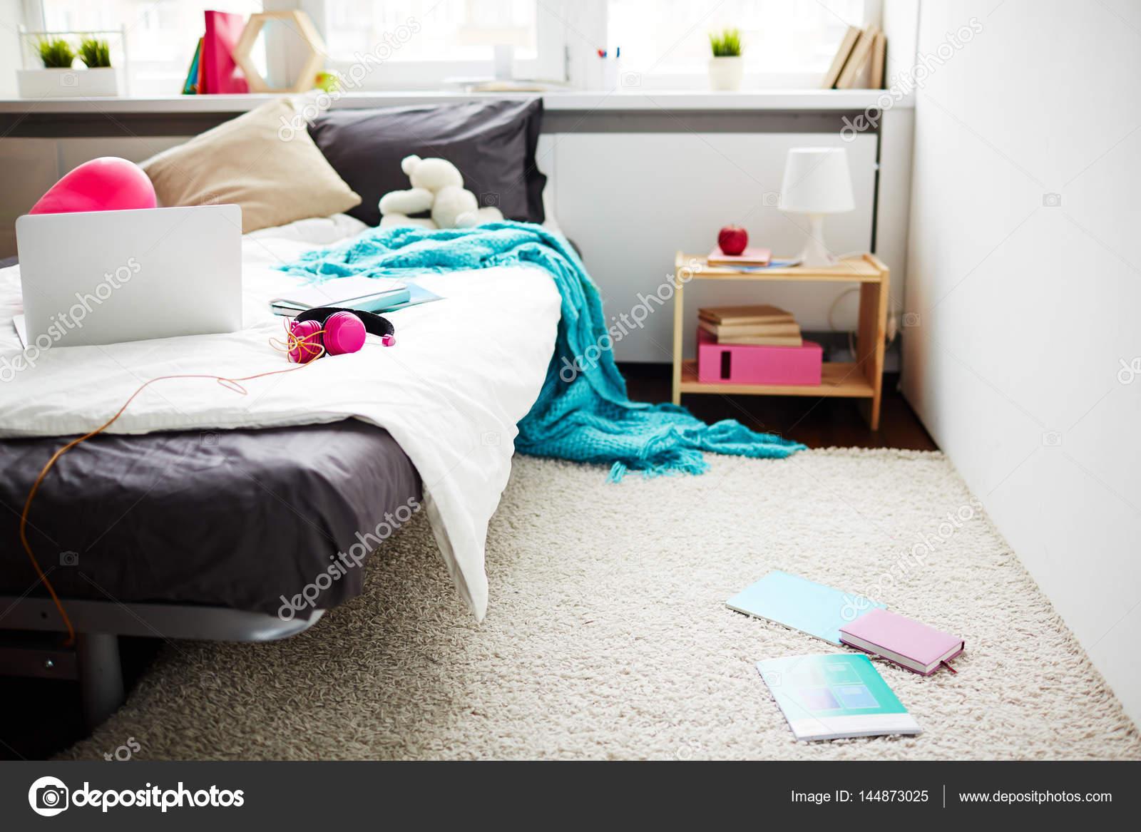stijlvolle tiener meisje slordige slaapkamer stockfoto