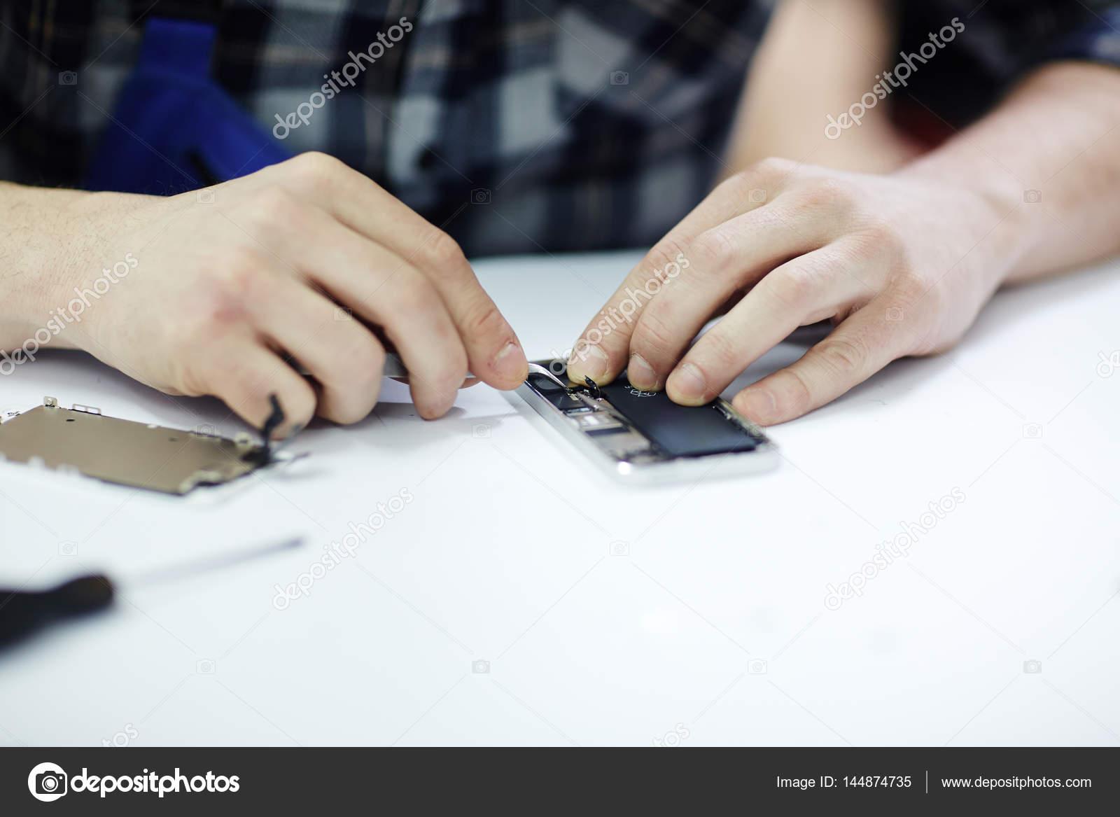 hombre de las manos poniendo en partes al marco — Fotos de Stock ...
