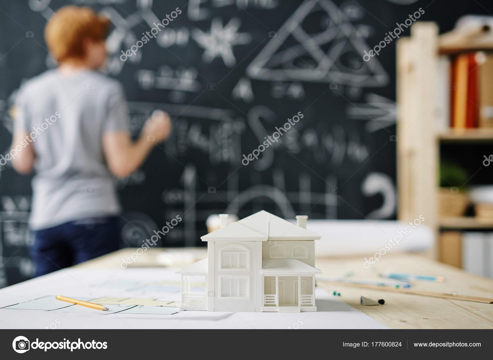 Gros plan maison modèle plans Étage sur bureau dans contexte