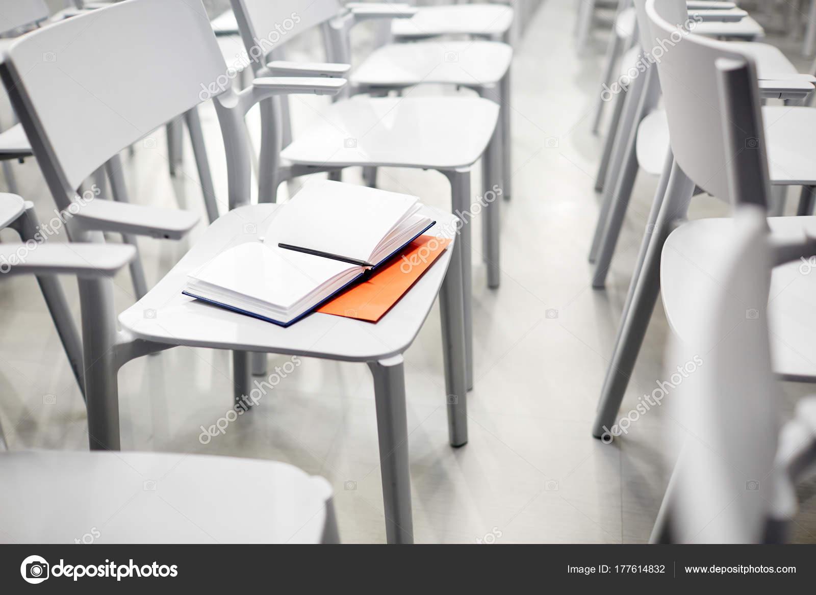 Saal Auf Leeren Geöffneten Notizbuch Stift Stuhl Und u31lTJcFK